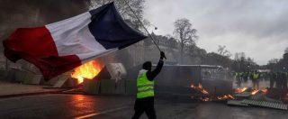 """Gilet gialli, guerriglia a Parigi: auto in fiamme, negozi assaltati, scontri con la polizia. Macron: """"Non accetterò mai la violenza"""""""
