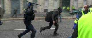Gilet gialli, scontri con la polizia a Parigi: lancio di lacrimogeni e cariche delle forze dell'ordine