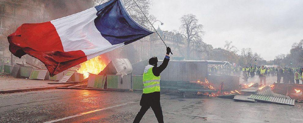Casseurs scatenati, bruciata la protesta dei Gilet gialli