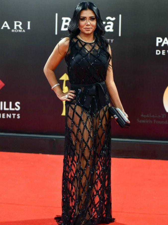 Egitto, abito troppo trasparente: l'attrice egiziana Rania Youssef rischia 5 anni di carcere