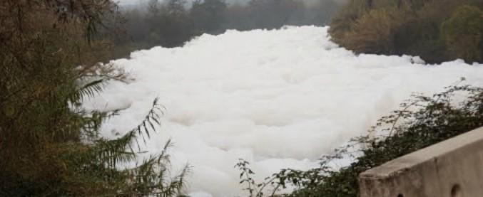 """Valle del Sacco, schiuma bianca nel fiume. Arpa: """"Inquinanti fino a 8 volte i limiti"""". Indagine sugli sversamenti abusivi"""