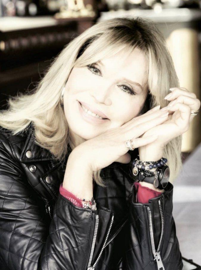 """Amanda Lear su Barbara D'Urso: """"Gli italiani? La guardano in tv illuminata come la Madonna e non pensano alla crisi"""""""