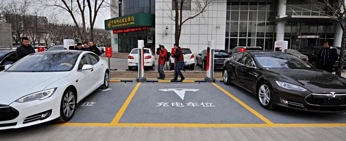 """Cina, il governo controlla in real time le auto elettriche: """"Almeno 200 produttori hanno detto sì a Pechino"""""""