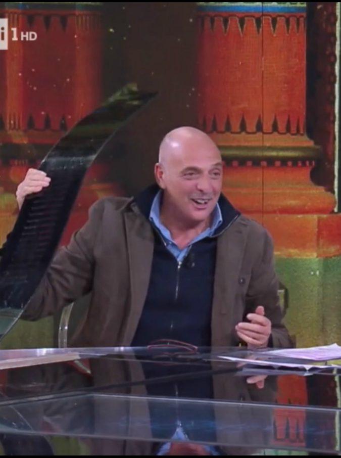 """Isola dei Famosi 2019, Paolo Brosio show: """"Ora mi inca**o! Ti faccio i nomi… """". E Alda D'Eusanio non è in studio: ecco perché"""