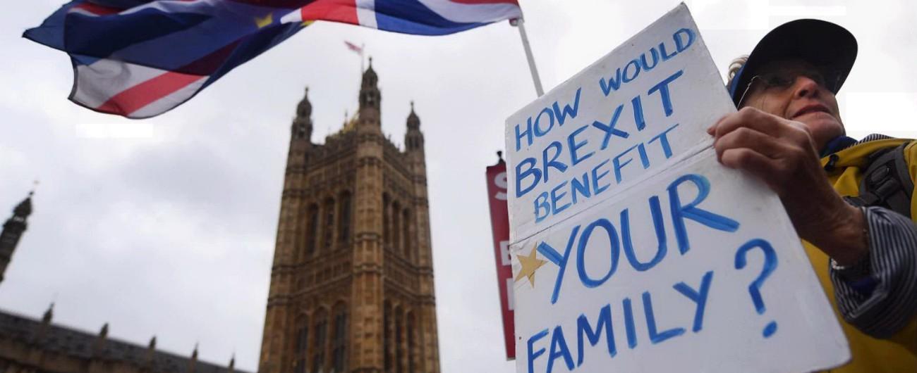 """Brexit, parere legale: """"Londra potrebbe restare nell'Unione a tempo indefinito"""". Theresa May in difficoltà ai Comuni"""