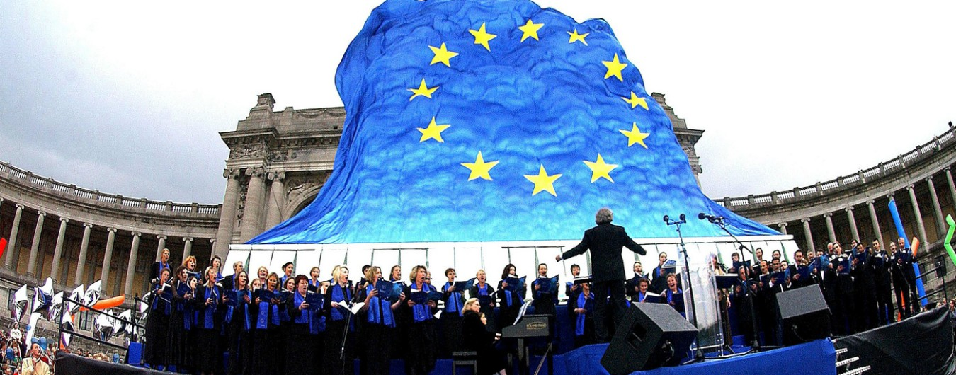 Europa Now!, una bandiera dell'Unione alla finestra contro la Lega sovranista