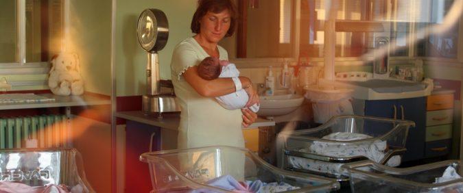 Maternità, ben vengano congedi e bonus asili. Ma non è così che si ferma il calo delle nascite