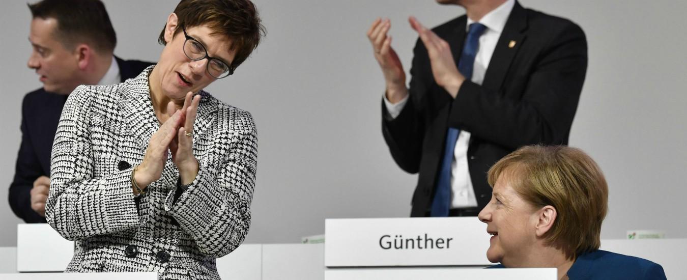 Germania, Karrenbauer è la nuova leader della Cdu: eletta l'erede della Merkel. L'Unione ha deciso per la continuità