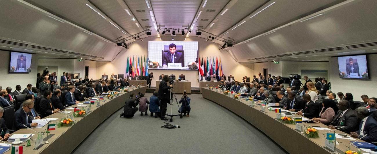 Petrolio, Opec e Russia concordano taglio della produzione di 1,2 milioni di barili. Schiaffo alle richieste di Trump
