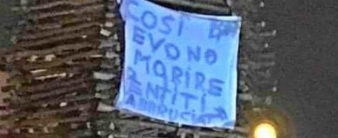"""Castellammare di Stabia, falò Immacolata con striscione: """"Così devono morire i pentiti, abbruciati"""". La folla applaude"""