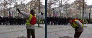 Gilet gialli, tensione sugli Champs-Elysees: manifestante colpito da proiettile di gomma sparato dalla polizia