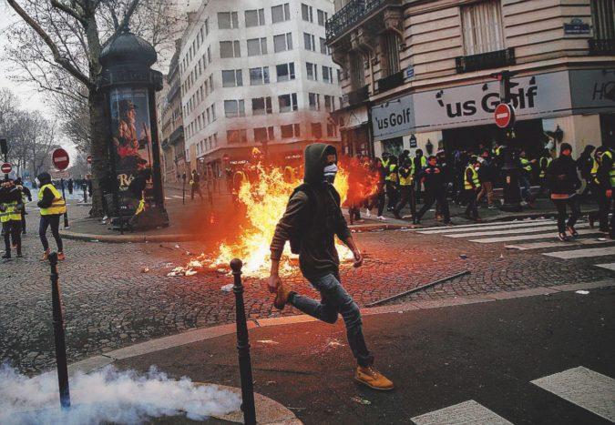 """Macron dimissioni!"". I Gilet gialli: ""In strada fino a Natale"""