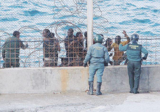 """""""Altro che governo di sinistra: Sanchez espelle e deporta"""""""