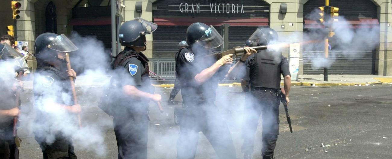 """Argentina, maggiori libertà ai poliziotti: """"Possono sparare senza aver intimato alt o se presumono che sospetto sia armato"""""""
