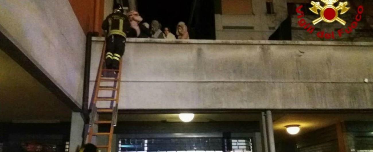 Reggio Emilia, incendio in un palazzo: 2 morti e 40 intossicati. In gravi condizioni due bambine