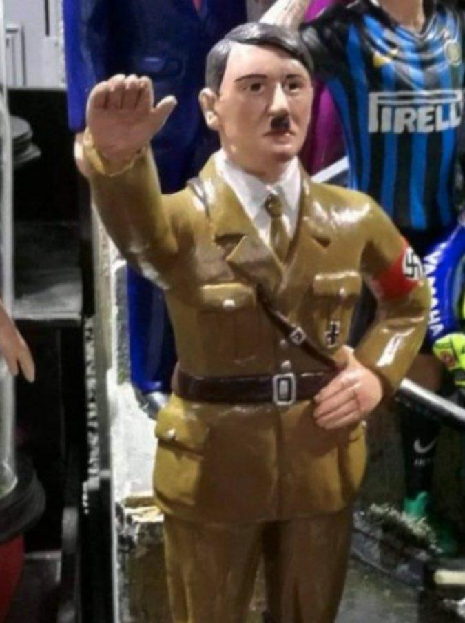 """Napoli, tra le statuine del presepe di san Gregorio Armeno spunta quella di Hitler. Su Twitter: """"Vergogna"""""""