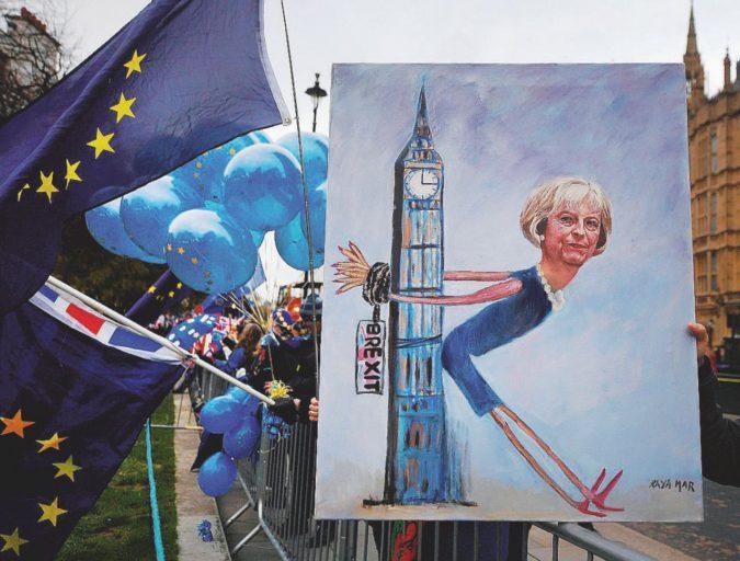 May dire Brexit: fra fischi e urla premier in ritirata ai Comuni