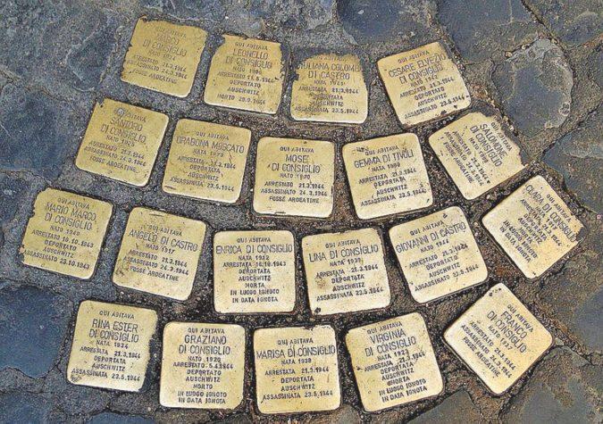 """Oltraggio alla Shoah: divelte 20 """"pietre d'inciampo"""""""