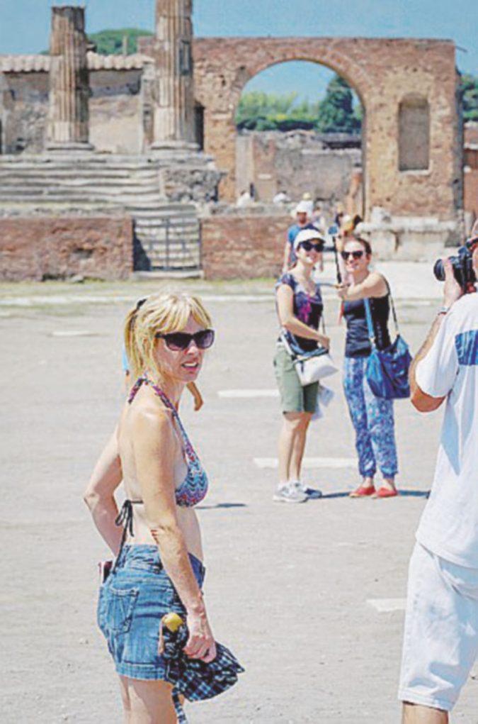 """Il """"galateo del turista perfetto"""": niente selfie, bikini e canottiere. I divieti per chi visita gli scavi"""