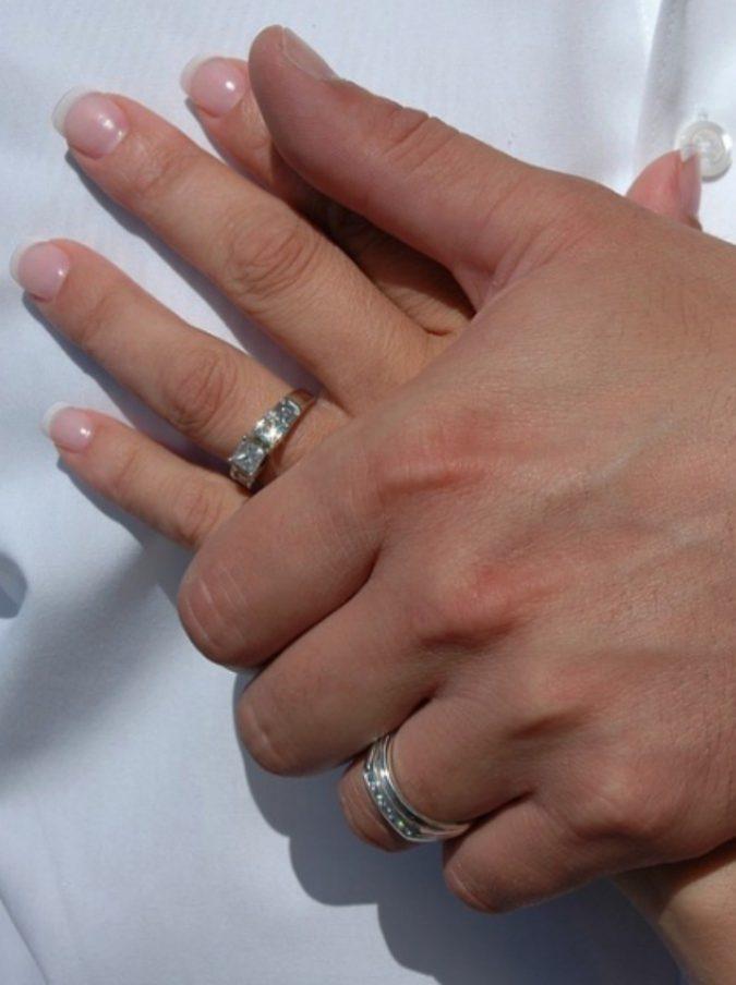 Perde l'anello di matrimonio nel water e l'idraulico lo ritrova in un tombino a cento metri da casa sua, dopo tre anni