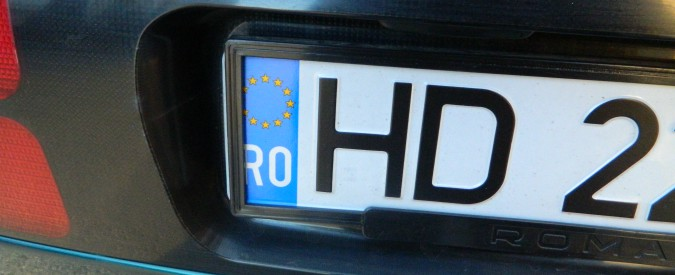 Targhe straniere, al via le nuove regole. A Milano prima multa e confisca auto