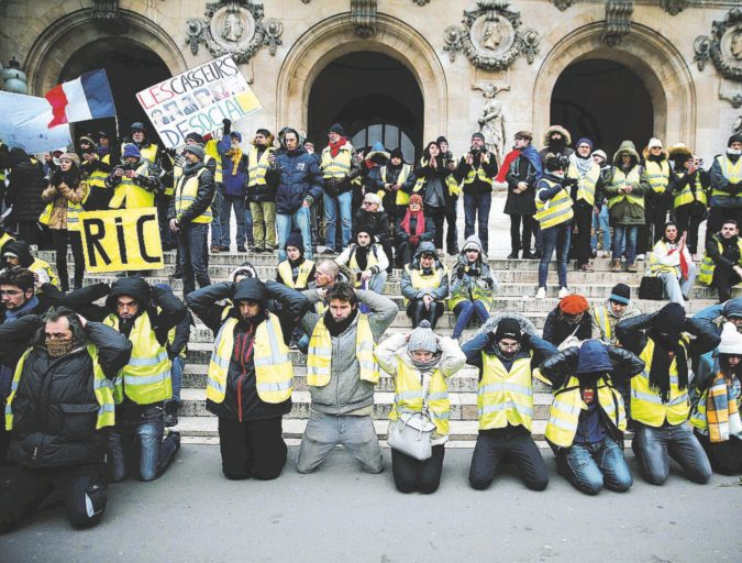 Macron chiude mezza Parigi. Meno Gilet gialli nelle strade