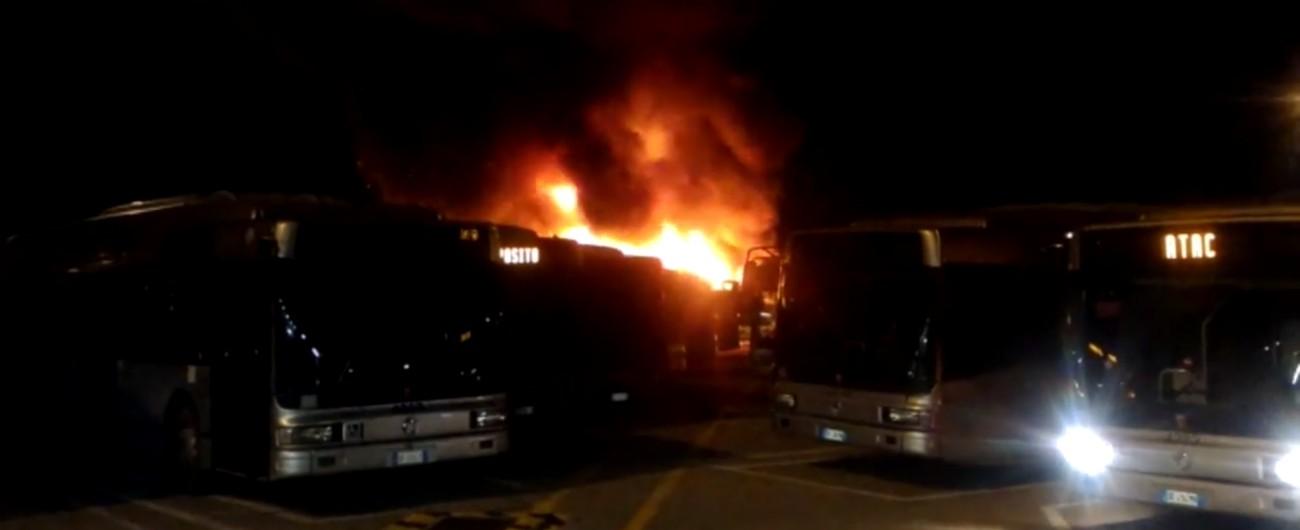 Roma, incendio nella notte nel deposito: distrutti 2 autobus. E' il 29° caso nel 2018