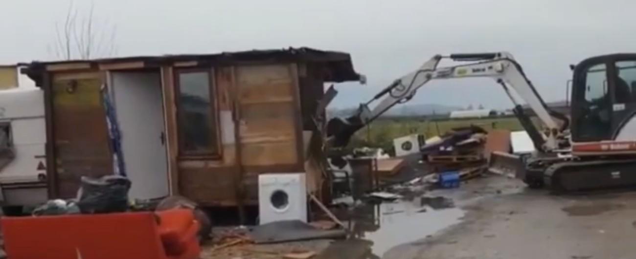 """Cascina, Ceccardi (Lega) demolisce campo rom ed esulta su Facebook: """"Forza ruspa"""" Don Cecconi: """"Minori lasciati per strada"""""""