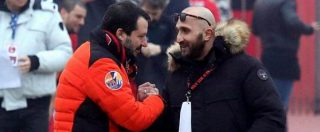 """Salvini fa marcia indietro: 'Non sapevo chi fosse il capo ultrà condannato, faccio foto con tutti'. Renzi: """"Vergognati e dimettiti"""""""