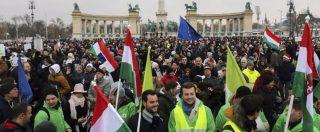 Ungheria, migliaia in piazza contro Orban Picchiati due deputati dell'opposizione