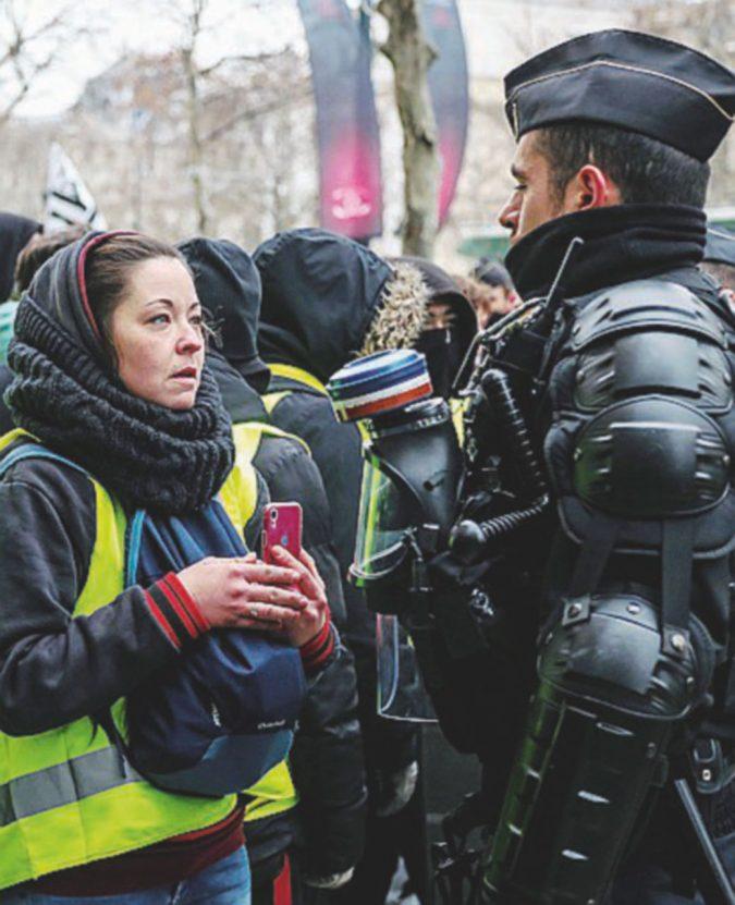 Il tempismo di Macron: poliziotti in rivolta contro i tagli in manovra