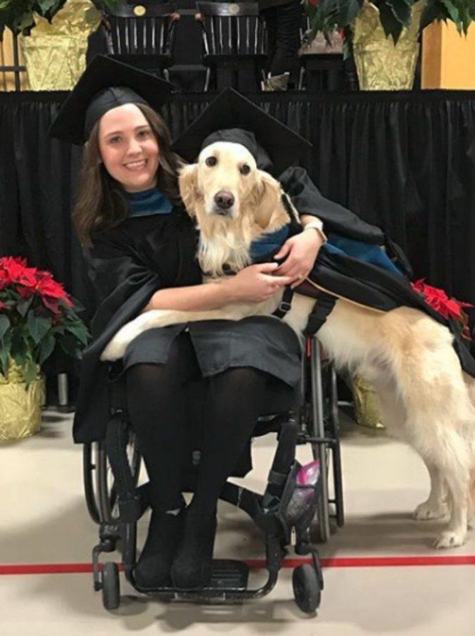 Il cane Griffin prende la laurea ad honorem: ha aiutato la sua padrona a studiare