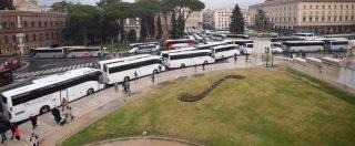 """Roma, bus occupano per otto ore piazza Venezia. """"Protesta continua, sarà guerra"""" contro nuovo regolamento del Comune"""
