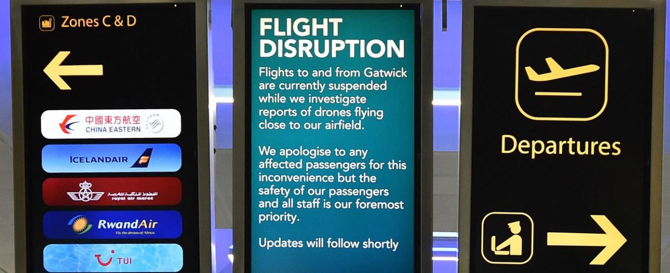 Droni su Gatwick, arrestate due persone. Riprendono i voli nell'aeroporto londinese