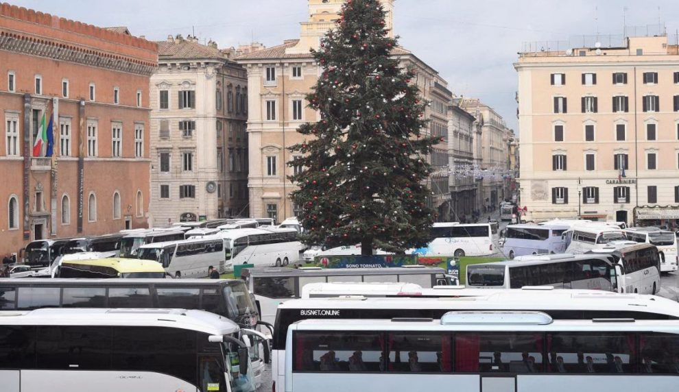 Roma Bus Occupano Per Otto Ore Piazza Venezia Protesta Continua