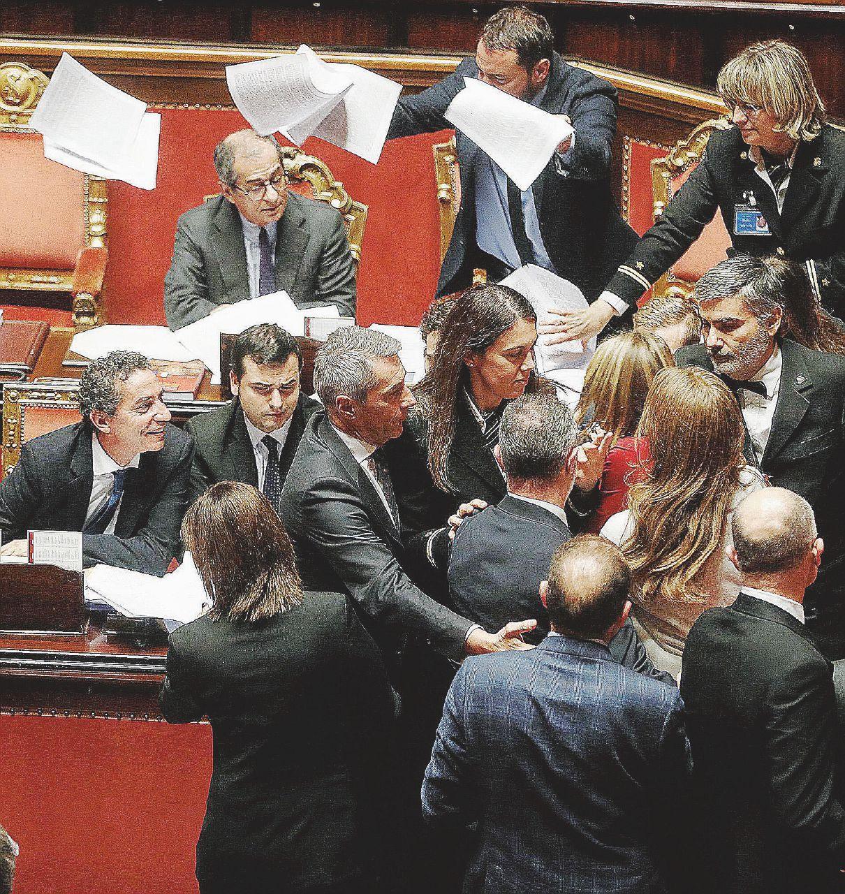 In Edicola sul Fatto Quotidiano del 23 dicembre: Bagarre e voto. Approvata nella notte fra le urla di  protesta delle opposizioni