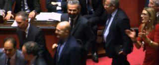 """Manovra, Paragone (M5s) fa la dichiarazione di voto e il Pd abbandona l'Aula al grido di """"onestà, onestà"""""""