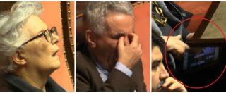 """Manovra, pisolini e gioco a """"solitario"""": la lunga battaglia dei senatori contro il sonno in Aula"""