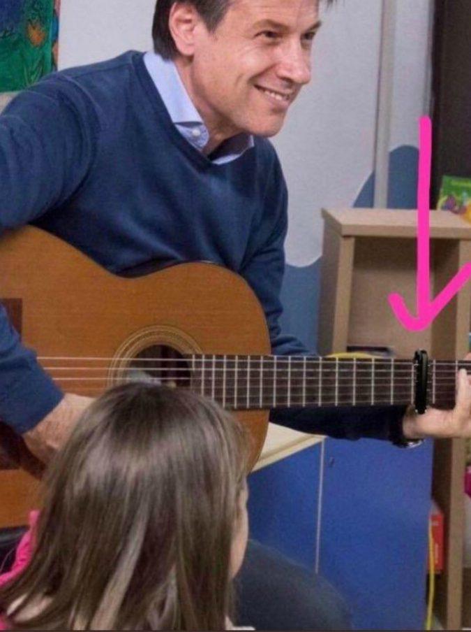 """Giuseppe Conte al Bambin Gesù suona la chitarra """"bloccata"""", ma la foto social è fake news. Morani (Pd) la rilancia, poi le scuse"""