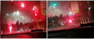 Inter-Napoli, gli scontri fuori dallo stadio prima della partita: le due tifoserie si affrontano con bastoni e lacrimogeni