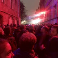 La folla in Rue Tramassac