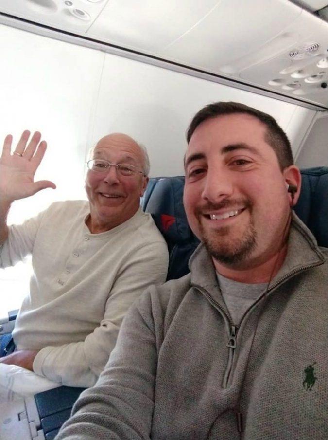 La figlia hostess lavora a Natale: il padre prende tutti i suoi voli per stare con lei