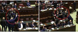 Manovra, Pd scatenato contro Fico: scoppia la bagarre. Deputati dem e FdI placcati dai commessi: urla e parolacce