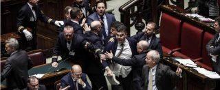 Manovra alla Camera, scontro in Aula: lancio di libri e rissa sfiorata. Ricorso del Pd alla Consulta che deciderà il 9 gennaio