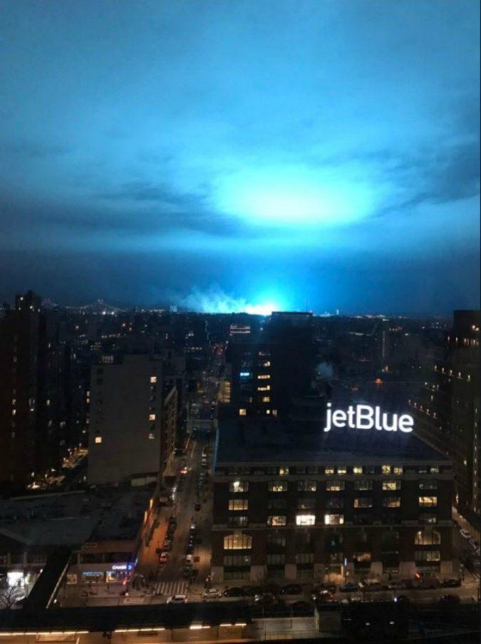 """Usa, una luce blu accende il cielo di New York: """"Nessuna invasione aliena o minaccia dallo spazio, è esplosa una centrale elettrica"""""""