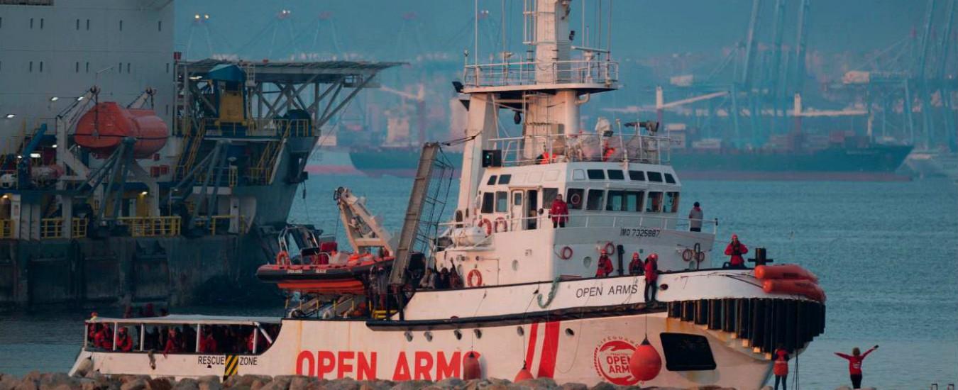 Migranti, la nave di Open Arms con 311 persone a bordo è attraccata in Spagna dopo una settimana in mare