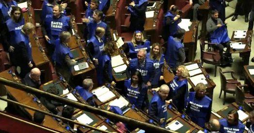 Manovra deputati di forza italia indossano gilet azzurri for Deputati di forza italia