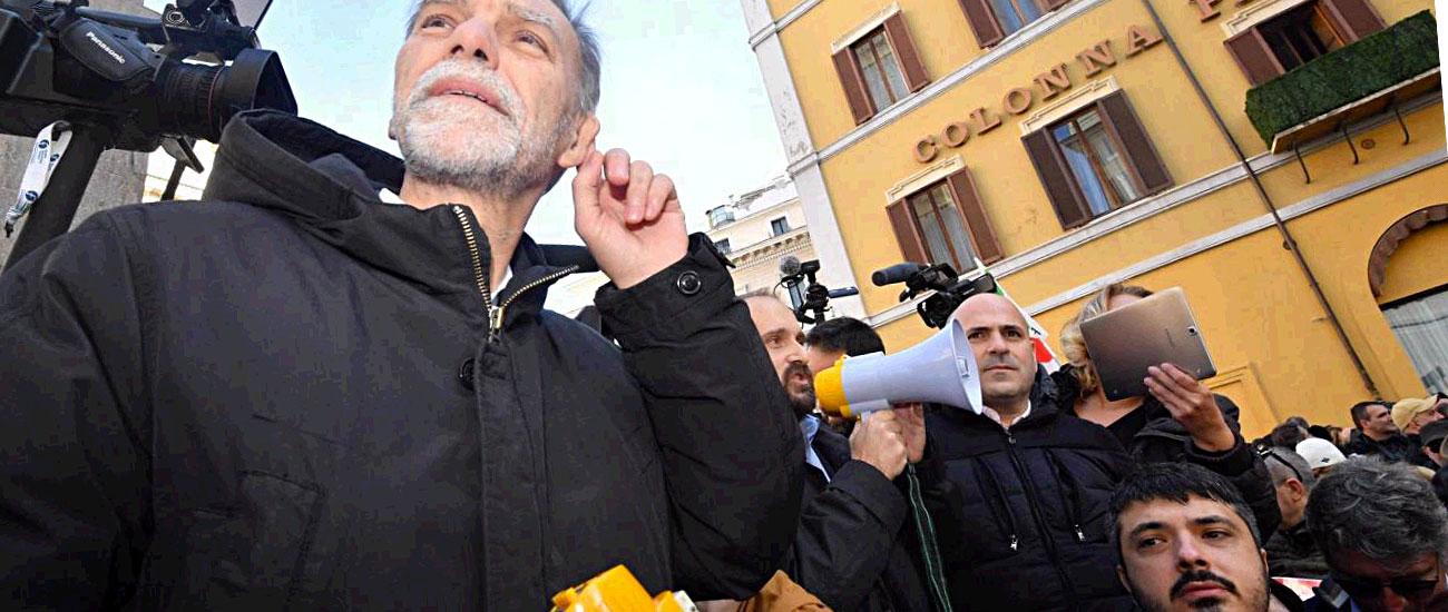 """Manovra, FI e Pd contro Fico. Democratici in piazza: """"Salvini e Di Maio ubriachi. Portano a sbattere il Paese"""""""
