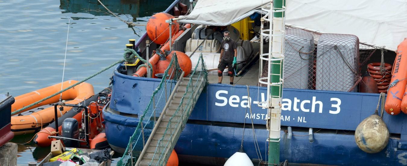 """Sea Watch 3 senza porto da 14 giorni: """"Poco cibo e situazione gravissima. Ue ci aiuti"""". Migrante si butta in mare, salvato"""