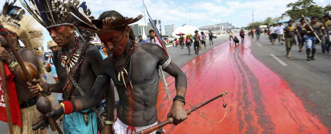 Bolsonaro 'dichiara guerra' ai popoli indigeni del Brasile. Una pessima notizia, anche per noi